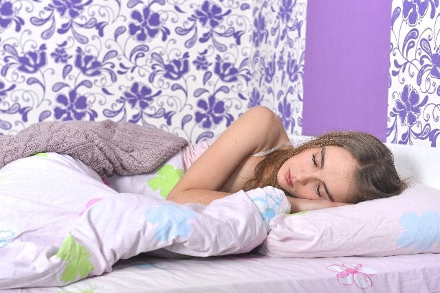 睡眠をする女性